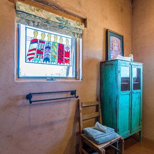 Свежая идея для дизайна: главная ванная комната среднего размера в стиле фьюжн с фасадами островного типа, зелеными фасадами, душем в нише, раздельным унитазом, оранжевой плиткой, каменной плиткой, оранжевыми стенами, бетонным полом, настольной раковиной, столешницей из меди, красным полом, душем с распашными дверями и оранжевой столешницей - отличное фото интерьера