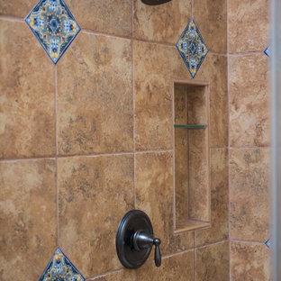 Foto di una stanza da bagno padronale american style con ante con bugna sagomata, ante in legno bruno, doccia ad angolo, lavabo a bacinella, top alla veneziana e porta doccia a battente