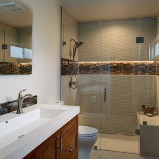 Modelo de cuarto de baño actual, de tamaño medio, con armarios con paneles empotrados, puertas de armario blancas, bañera empotrada, ducha empotrada, sanitario de dos piezas, baldosas y/o azulejos verdes, baldosas y/o azulejos de vidrio laminado, suelo de baldosas de porcelana, lavabo bajoencimera y encimera de cuarzo compacto