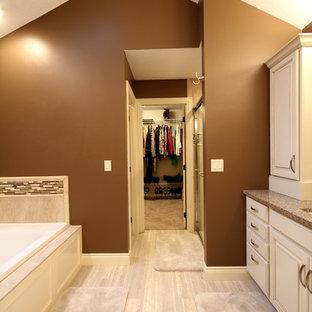 他の地域の大きいコンテンポラリースタイルのおしゃれなマスターバスルーム (ドロップイン型浴槽、アルコーブ型シャワー、セラミックタイル、セラミックタイルの床、珪岩の洗面台、レイズドパネル扉のキャビネット、白いキャビネット、分離型トイレ、ベージュのタイル、茶色い壁、アンダーカウンター洗面器) の写真