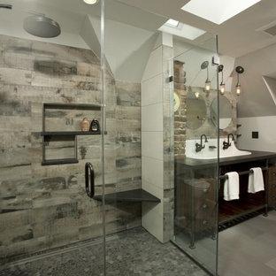 Idées déco pour une grande salle de bain principale industrielle avec une grande vasque, des portes de placard en bois sombre, un plan de toilette en surface solide, une douche ouverte, un carrelage gris, des carreaux de porcelaine, un mur gris, un sol en carrelage de porcelaine, un placard sans porte, un WC séparé, un sol gris et une cabine de douche à porte battante.