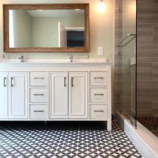 Réalisation d'une salle de bain design avec des portes de placard beiges, un bain bouillonnant, un carrelage gris, des carreaux de porcelaine, un plan de toilette en quartz et un plan de toilette blanc.