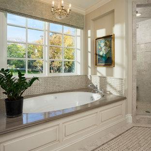 Foto de cuarto de baño principal, de estilo americano, grande, con bañera encastrada, ducha empotrada y suelo de mármol
