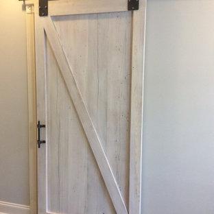 Idéer för att renovera ett stort vintage en-suite badrum, med skåp i shakerstil, vita skåp, ett fristående badkar, en dusch i en alkov, en toalettstol med separat cisternkåpa, grå kakel, porslinskakel, grå väggar, klinkergolv i porslin, ett undermonterad handfat, granitbänkskiva, grått golv och med dusch som är öppen