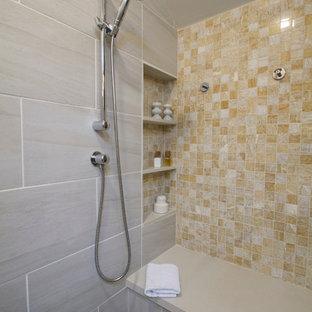 Diseño de cuarto de baño principal, moderno, grande, con armarios con paneles lisos, puertas de armario de madera en tonos medios, ducha a ras de suelo, sanitario de una pieza, baldosas y/o azulejos beige, baldosas y/o azulejos de porcelana, paredes blancas, encimera de cuarcita, bañera encastrada, suelo de baldosas de porcelana, lavabo encastrado, suelo beige y ducha con puerta con bisagras