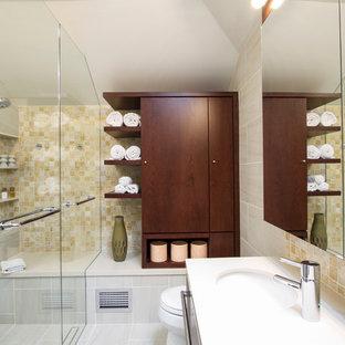 Bild på ett mellanstort funkis en-suite badrum, med släta luckor, skåp i mörkt trä, en kantlös dusch, en toalettstol med hel cisternkåpa, beige kakel, porslinskakel, vita väggar, ett integrerad handfat, bänkskiva i kvartsit, ett platsbyggt badkar, klinkergolv i porslin, beiget golv och dusch med gångjärnsdörr