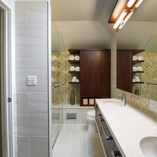Mittelgroßes Modernes Badezimmer En Suite mit flächenbündigen Schrankfronten, dunklen Holzschränken, bodengleicher Dusche, Toilette mit Aufsatzspülkasten, beigefarbenen Fliesen, Porzellanfliesen, Quarzit-Waschtisch, Unterbauwaschbecken, Eckbadewanne, beiger Wandfarbe, Porzellan-Bodenfliesen, beigem Boden und Falttür-Duschabtrennung in New York