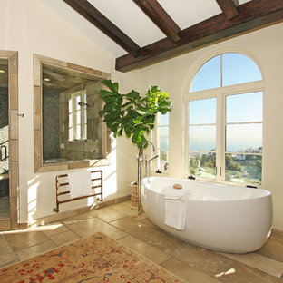 Foto de cuarto de baño principal, clásico, extra grande, con bañera exenta, ducha esquinera, suelo de baldosas tipo guijarro, suelo de travertino, sanitario de una pieza, baldosas y/o azulejos beige, paredes blancas y lavabo bajoencimera