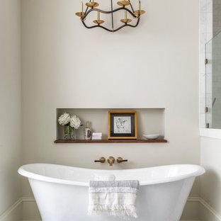 Esempio di una grande stanza da bagno padronale chic con vasca freestanding, doccia a filo pavimento, piastrelle bianche, pavimento con piastrelle a mosaico, porta doccia a battente, pareti beige e pavimento multicolore
