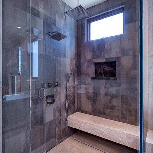 Idéer för stora funkis en-suite badrum, med ett undermonterad handfat, skåp i shakerstil, skåp i mellenmörkt trä, marmorbänkskiva, ett fristående badkar, en hörndusch, brun kakel, stenkakel, beige väggar och mosaikgolv