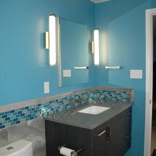 Immagine di una piccola stanza da bagno padronale design con lavabo sottopiano, piastrelle in ceramica, pareti blu, pavimento con piastrelle in ceramica, top in quarzo composito, WC a due pezzi e piastrelle grigie