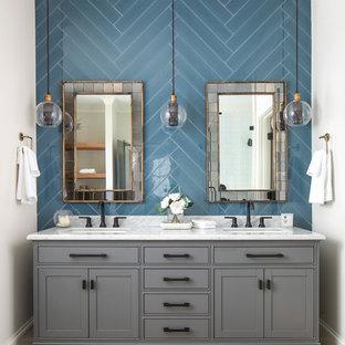 Inspiration för ett stort vintage vit vitt en-suite badrum, med möbel-liknande, grå skåp, blå kakel, marmorbänkskiva, vita väggar, ljust trägolv och ett undermonterad handfat