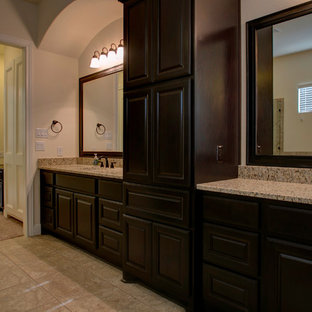 オースティンのラスティックスタイルのおしゃれな浴室 (レイズドパネル扉のキャビネット、茶色いキャビネット、白い壁、磁器タイルの床、アンダーカウンター洗面器、御影石の洗面台、ベージュの床、ベージュのカウンター) の写真