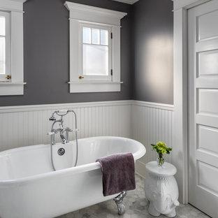 Foto de cuarto de baño principal, de estilo americano, de tamaño medio, con bañera con patas, paredes grises, suelo blanco y suelo de mármol