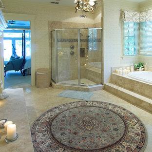 Ejemplo de cuarto de baño principal, clásico, grande, con bañera encastrada, ducha esquinera, baldosas y/o azulejos beige, baldosas y/o azulejos de porcelana, paredes beige, suelo de baldosas de porcelana, suelo beige y ducha con puerta con bisagras