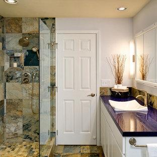 Ejemplo de cuarto de baño principal, contemporáneo, grande, con lavabo sobreencimera, armarios estilo shaker, puertas de armario blancas, encimera de terrazo, jacuzzi, ducha abierta, baldosas y/o azulejos multicolor, baldosas y/o azulejos de piedra, paredes blancas y suelo de pizarra