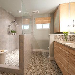 Свежая идея для дизайна: ванная комната в современном стиле с врезной раковиной, фасадами с филенкой типа жалюзи, светлыми деревянными фасадами, открытым душем, бежевой плиткой, плиткой мозаикой и открытым душем - отличное фото интерьера