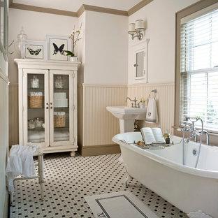 Exempel på ett klassiskt badrum, med ett badkar med tassar och ett piedestal handfat
