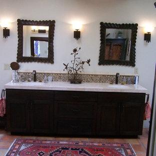 Ispirazione per una stanza da bagno padronale stile americano di medie dimensioni con ante in stile shaker, ante in legno bruno, vasca da incasso, pareti beige, pavimento in terracotta, lavabo sottopiano e pavimento rosso