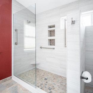 Geräumiges Klassisches Badezimmer En Suite mit Schrankfronten im Shaker-Stil, blauen Schränken, Eckdusche, Wandtoilette mit Spülkasten, beigefarbenen Fliesen, Keramikfliesen, roter Wandfarbe, Porzellan-Bodenfliesen, Unterbauwaschbecken, Quarzwerkstein-Waschtisch, beigem Boden, offener Dusche, grauer Waschtischplatte, Nische, Doppelwaschbecken und eingebautem Waschtisch in Portland