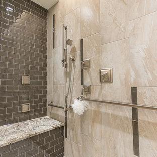 Ispirazione per una stanza da bagno padronale classica di medie dimensioni con lavabo sottopiano, ante con bugna sagomata, ante in legno scuro, top in granito, doccia a filo pavimento, piastrelle grigie, piastrelle di vetro, pareti beige e pavimento in gres porcellanato