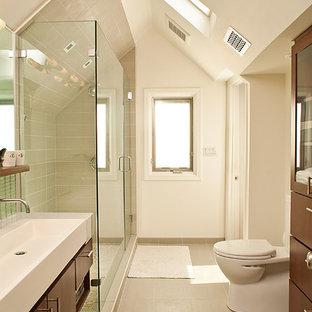 Idée de décoration pour une salle de bain design avec une grande vasque.
