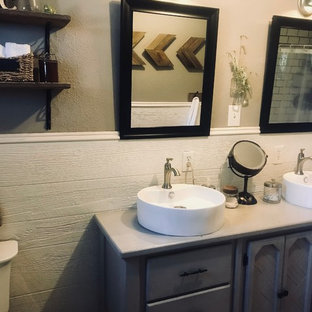 Esempio di una stanza da bagno padronale country di medie dimensioni con ante grigie, doccia doppia, piastrelle bianche, piastrelle diamantate, pavimento in travertino e pavimento grigio