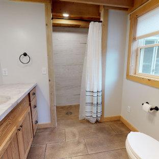 Idee per una stanza da bagno country di medie dimensioni con ante in stile shaker, ante in legno scuro, doccia aperta, pavimento in cemento, lavabo integrato, top in cemento, pavimento marrone e top multicolore