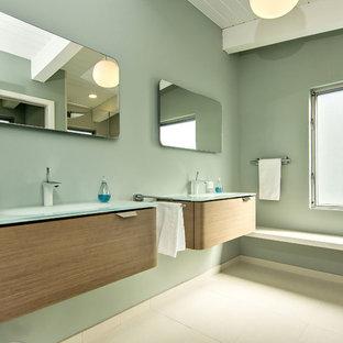 Idéer för ett retro badrum, med släta luckor, skåp i mellenmörkt trä och bänkskiva i glas