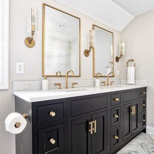 Immagine di una grande stanza da bagno padronale chic con ante a filo, ante nere, doccia alcova, piastrelle di marmo, pavimento in marmo, lavabo sottopiano, top in quarzo composito, pavimento bianco, porta doccia a battente e top bianco
