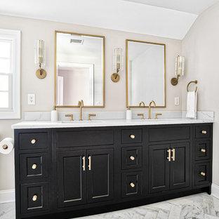 Idéer för ett stort klassiskt vit en-suite badrum, med luckor med profilerade fronter, svarta skåp, en dusch i en alkov, marmorkakel, marmorgolv, ett undermonterad handfat, bänkskiva i kvarts, vitt golv och dusch med gångjärnsdörr