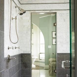 Esempio di una stanza da bagno contemporanea con doccia doppia e piastrelle di marmo