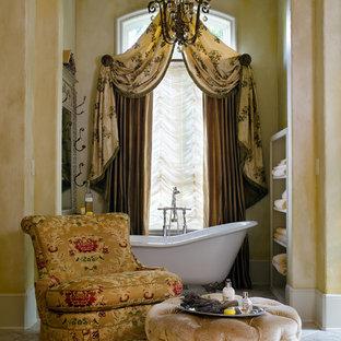 Diseño de cuarto de baño clásico con bañera con patas
