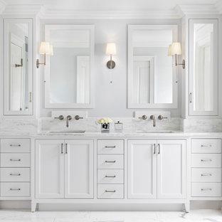 Idéer för ett stort klassiskt vit en-suite badrum, med luckor med infälld panel, vita skåp, vit kakel, grå väggar, ett undermonterad handfat, vitt golv, ett fristående badkar, en kantlös dusch, en toalettstol med separat cisternkåpa, marmorkakel, marmorgolv, marmorbänkskiva och dusch med gångjärnsdörr