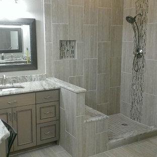 Idéer för att renovera ett mellanstort funkis en-suite badrum, med ett undermonterad handfat, luckor med infälld panel, grå skåp, marmorbänkskiva, en hörndusch, grå kakel, porslinskakel, grå väggar och klinkergolv i porslin
