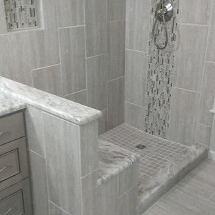 Свежая идея для дизайна: главная ванная комната среднего размера в современном стиле с фасадами с декоративным кантом, угловым душем, серой плиткой, керамогранитной плиткой и полом из керамогранита - отличное фото интерьера