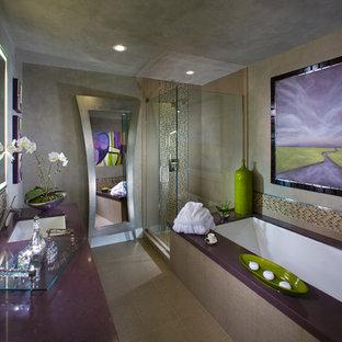 На фото: большая главная ванная комната в современном стиле с врезной раковиной, столешницей из искусственного кварца, угловой ванной, угловым душем, разноцветной плиткой, плиткой мозаикой, серыми стенами, полом из керамической плитки, бежевым полом и фиолетовой столешницей с