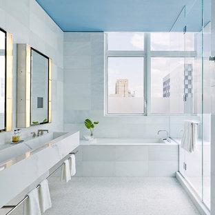 Imagen de cuarto de baño actual con bañera encastrada sin remate, ducha empotrada, baldosas y/o azulejos blancos, suelo con mosaicos de baldosas, lavabo de seno grande, suelo blanco, ducha con puerta con bisagras y encimeras blancas