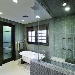 Esempio di una stanza da bagno contemporanea con piastrelle in ceramica e vasca freestanding