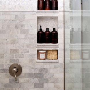 Esempio di una stanza da bagno padronale tradizionale con ante turchesi, doccia aperta, piastrelle di marmo, pareti bianche, pavimento in linoleum e doccia aperta