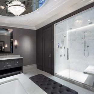 Идея дизайна: огромная главная ванная комната в современном стиле с врезной раковиной, фасадами с выступающей филенкой, серыми фасадами, душем в нише, белой плиткой, мраморной столешницей, полновстраиваемой ванной, серыми стенами, мраморным полом, мраморной плиткой и сиденьем для душа