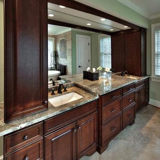 Diseño de cuarto de baño principal, de estilo americano, grande, con lavabo bajoencimera, armarios con paneles empotrados, puertas de armario de madera en tonos medios, encimera de granito, bañera exenta, baldosas y/o azulejos beige, baldosas y/o azulejos de piedra, paredes verdes y suelo de mármol