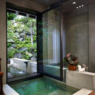 Новый формат декора квартиры: большая главная ванная комната в современном стиле с японской ванной, открытым душем, серыми стенами и открытым душем