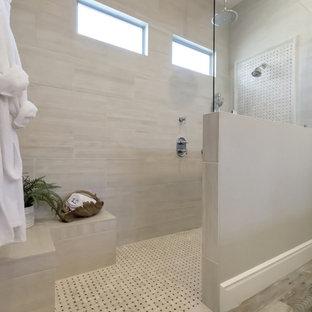 フェニックスの中サイズのトラディショナルスタイルのおしゃれなマスターバスルーム (レイズドパネル扉のキャビネット、黒いキャビネット、段差なし、一体型トイレ、ベージュのタイル、磁器タイル、グレーの壁、磁器タイルの床、オーバーカウンターシンク、珪岩の洗面台、グレーの床、オープンシャワー) の写真