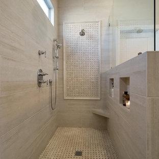 Exempel på ett mellanstort klassiskt en-suite badrum, med luckor med upphöjd panel, svarta skåp, en kantlös dusch, en toalettstol med hel cisternkåpa, beige kakel, porslinskakel, grå väggar, klinkergolv i porslin, ett nedsänkt handfat, bänkskiva i kvartsit, grått golv och med dusch som är öppen