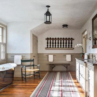 Idee per un'ampia stanza da bagno padronale country con lavabo sottopiano, ante in stile shaker, ante grigie, top in marmo, vasca freestanding, pareti bianche e pavimento in legno massello medio