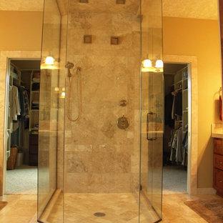 Immagine di una stanza da bagno padronale con piastrelle beige, pareti gialle, pavimento beige e porta doccia a battente