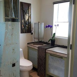 Modelo de cuarto de baño principal, de estilo zen, de tamaño medio, con armarios estilo shaker, puertas de armario verdes, combinación de ducha y bañera, sanitario de una pieza, baldosas y/o azulejos beige, baldosas y/o azulejos de porcelana, paredes beige, suelo de baldosas de porcelana, lavabo sobreencimera y encimera de azulejos