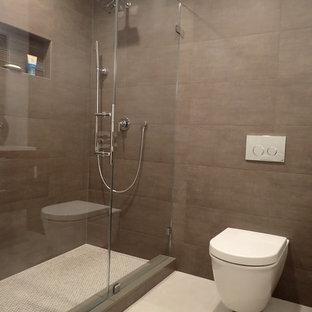 Diseño de cuarto de baño con ducha, moderno, de tamaño medio, con lavabo bajoencimera, armarios con paneles lisos, puertas de armario de madera en tonos medios, encimera de cuarzo compacto, ducha empotrada, sanitario de pared, baldosas y/o azulejos multicolor, baldosas y/o azulejos de porcelana, paredes marrones y suelo de baldosas de porcelana