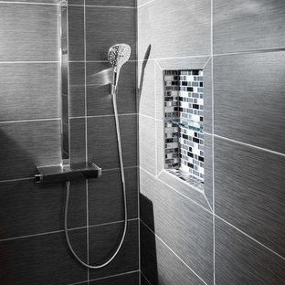 Kleines Modernes Badezimmer En Suite mit Aufsatzwaschbecken, bodengleicher Dusche, Wandtoilette mit Spülkasten, grauen Fliesen, Keramikfliesen, grauer Wandfarbe und Keramikboden in Baltimore